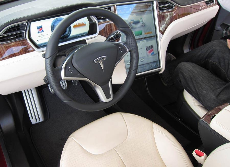 El interior del Tesla Model S cuenta con una pantalla LCD de 17 pulgadas... un poco excesiva, ¿no?