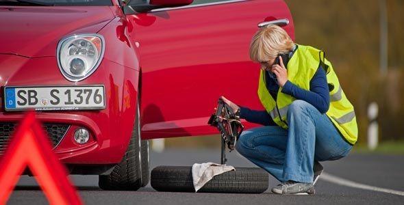 Los jóvenes no se atreven a cambiar los neumáticos