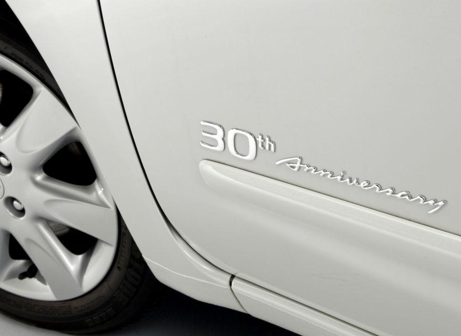El logotipo 30 Aniversario aparece en la puerta del Micra.