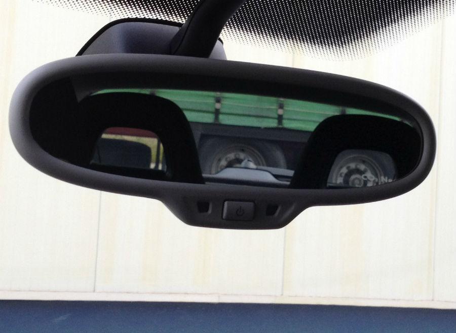 La visión que ofrece el espejo retrovisor interior sigue siendo uno de los principales hándicaps del Volkswagen Scirocco.