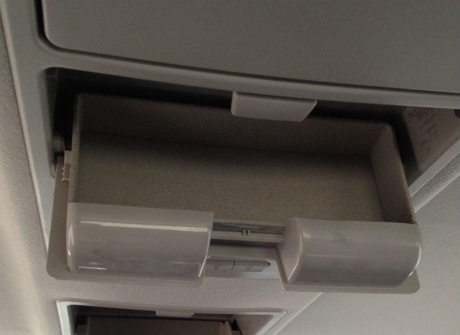 Hasta tres departamentos como este descienden del techo del Tata Aria para poder guardar pequeños objetos.
