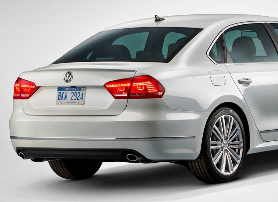 La zaga del Volkswagen Passat Performance Concept se caracteriza por la doble salida de tubo de escape.