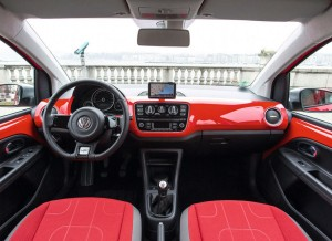El interior del Volkswagen Cross Up! varía menos que el exterior respecto al modelo convencional.