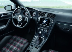 El interior del nuevo Volkswagen Golf GTi conserva el clasicismo de las versiones anteriores.