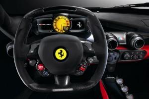 El interior del Ferrari LaFerrari conserva todos los elementos clásicos de lo que debe ser un Ferrari.