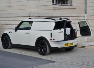 El sistema de apertura del portón trasero del Mini Clubvan está pensado para acceder a la zona de carga de la forma más sencilla posible.