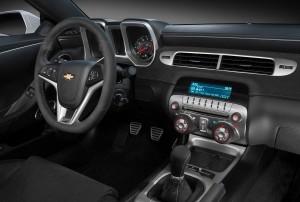 El interior del Chevrolet Camaro Z/28 no varía mucho pese a tratarse de una versión solo para circuitos.