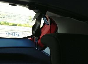 El cinturón de seguridad del quinto ocupante del coche nace en el techo.