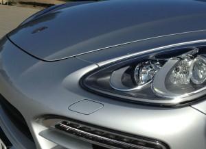 El capó del Porsche Cayenne cuenta con una protuberancia que le da un toque más agresivo y deportivo.