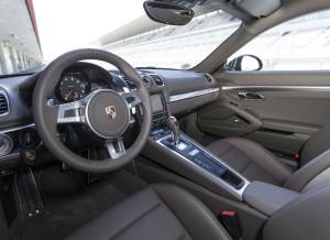 El interior del nuevo Porsche Cayman adopta la nueva consola central inclinada de la marca alemana.