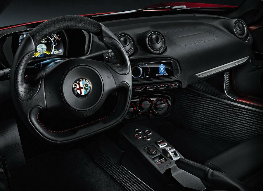 El interior del Alfa Romeo 4C conserva la esencia deportiva de su exterior.