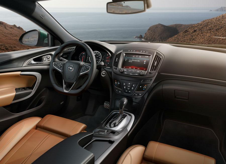 El interior del Opel Insignia se renueva, incorporando una nueva consola central entre otros elementos.