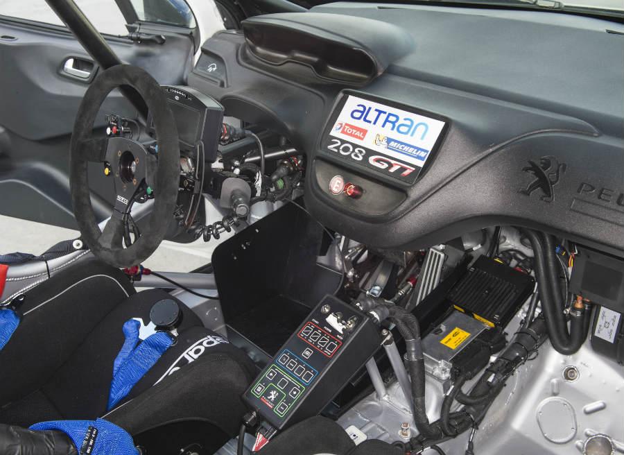 El interior del Peugeot 208 GTi Nürburgring, aunque no lo parezca, es cómodo.