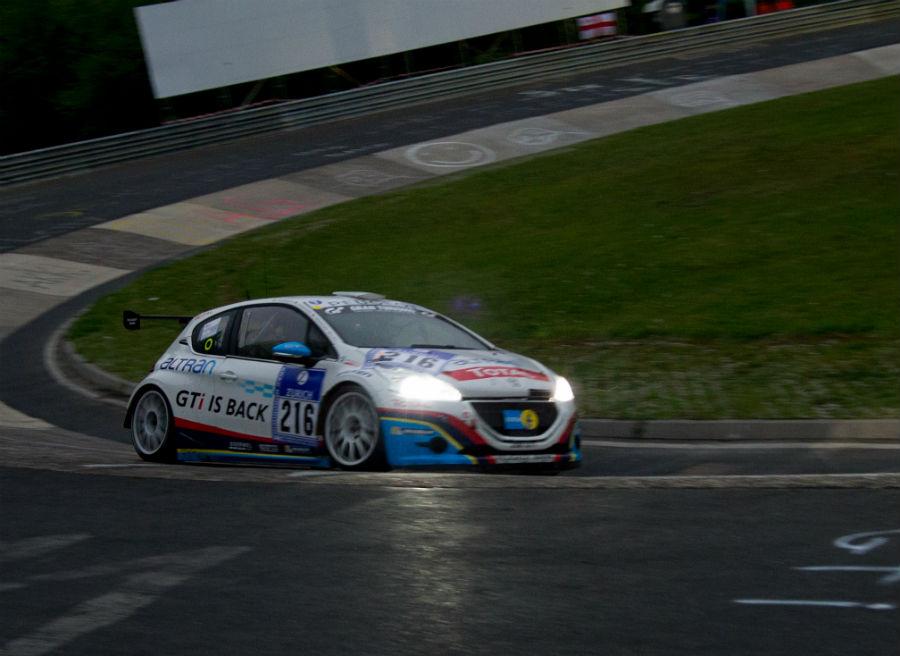 El Peugeot 208 GTi afrontando una de las curvas más míticas del antiguo Nürburgring, el Karussell.