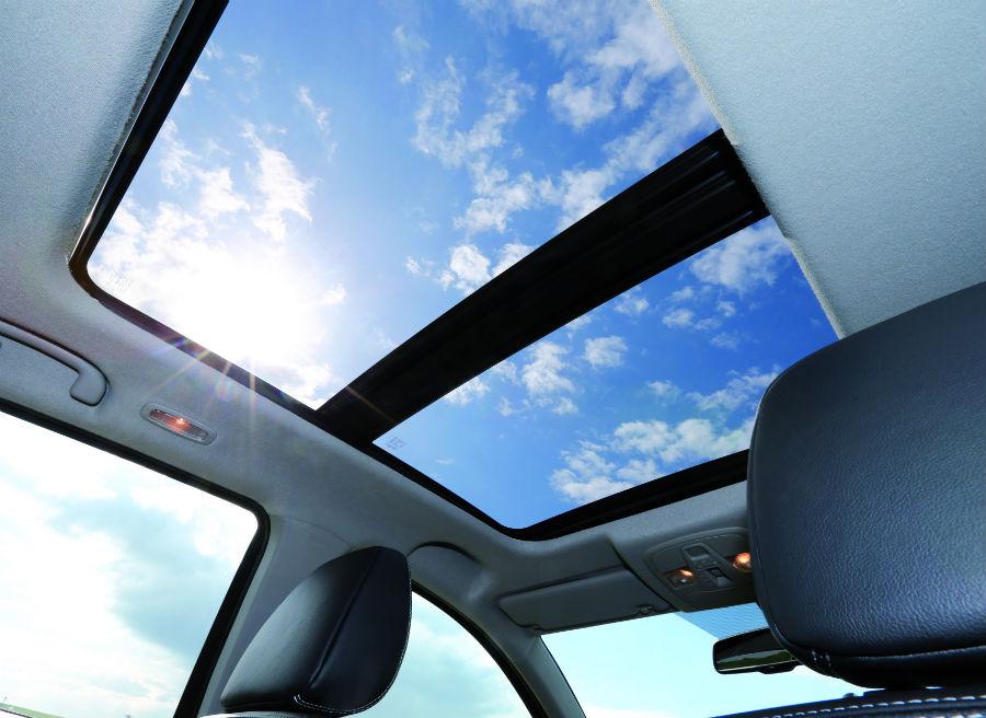 El Suzuki SX4 S-Cross ofrece un nuevo techo solar de doble hoja deslizante.