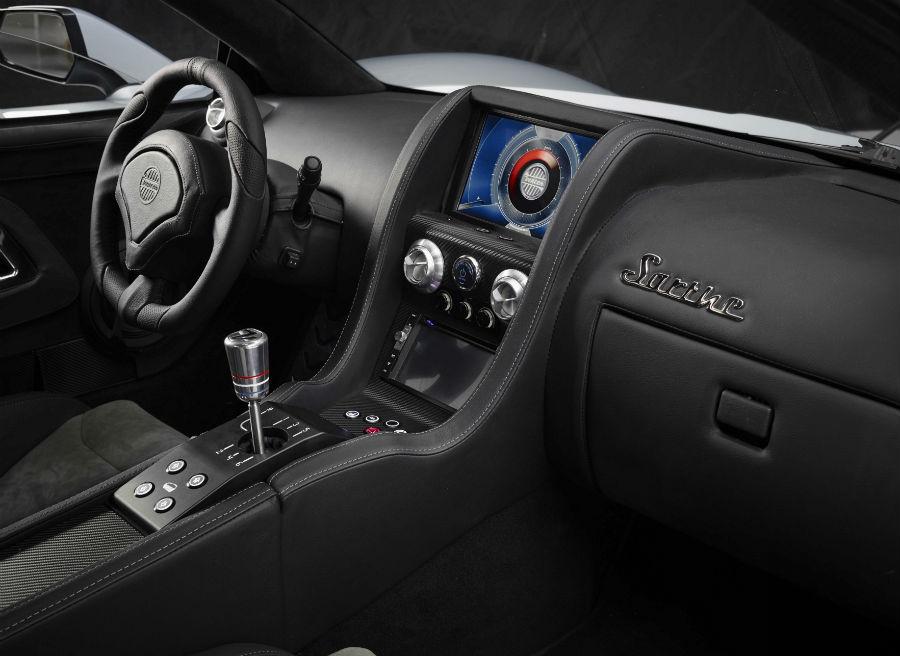 Para los más puristas será un auténtico placer ver un deportivo de estas características con tres pedales y cambio manual.