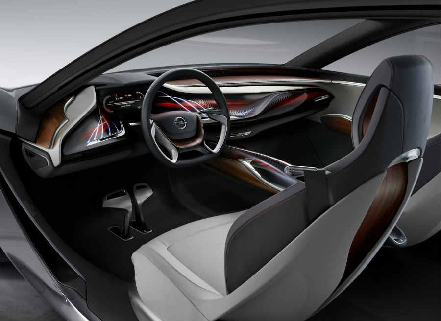 El interior del Opel Monza, como el de todos los prototipos, es espectacular.