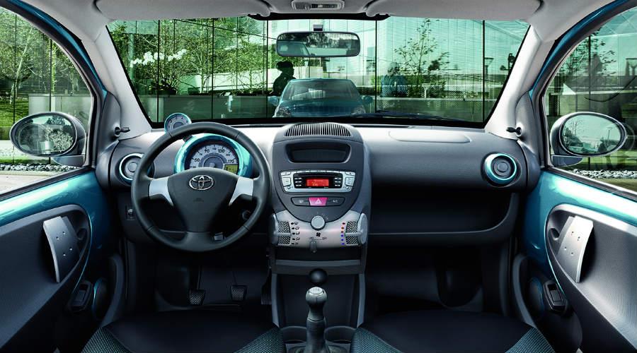 El interior del Toyota Aygo Cool Soda cuenta con inserciones de mismo color que la carrocería.