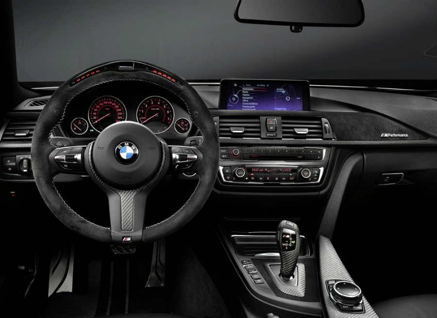 El interior del BMW Serie 4 recibe elementos como un nuevo volante deportivo con el M Performance Pack.