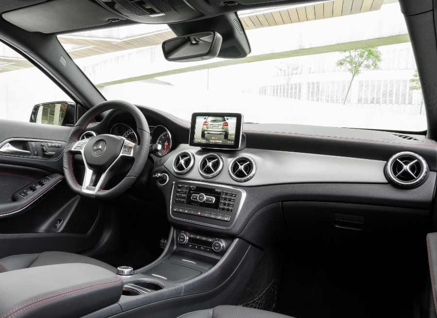 El interior del Mercedes GLA sigue la línea marcada por la marca alemana en sus últimos lanzamientos.