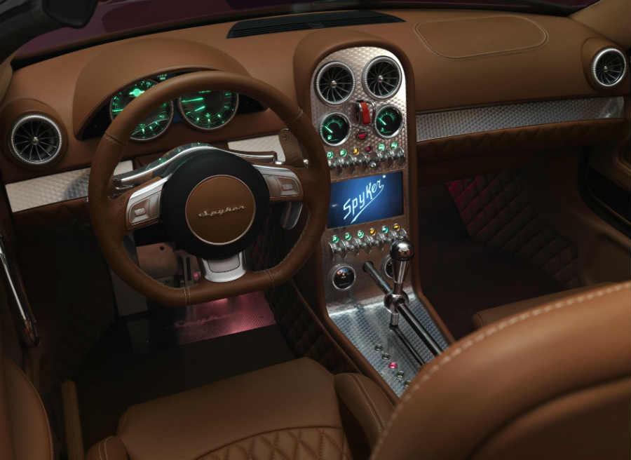 El interior del Spyker Venator Spyder contiene elementos que recuerdan a la aviación.