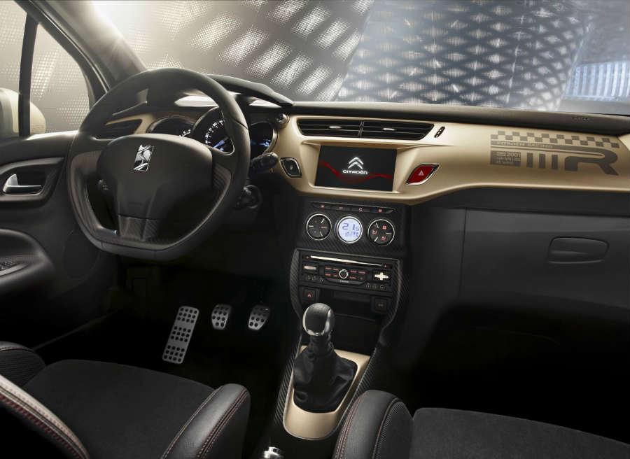 El interior del Citroën DS3 Racing Gold Mat también cuenta con el tono dorado mate presente en el techo.