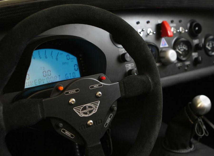 El interior del Donkevoort D8 GTO difiere poco del de un coche de carreras.