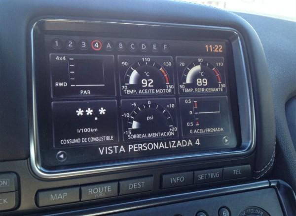 La pantalla del Nissan GT-R muestra todos los datos de rendimiento que te puedas imaginar.