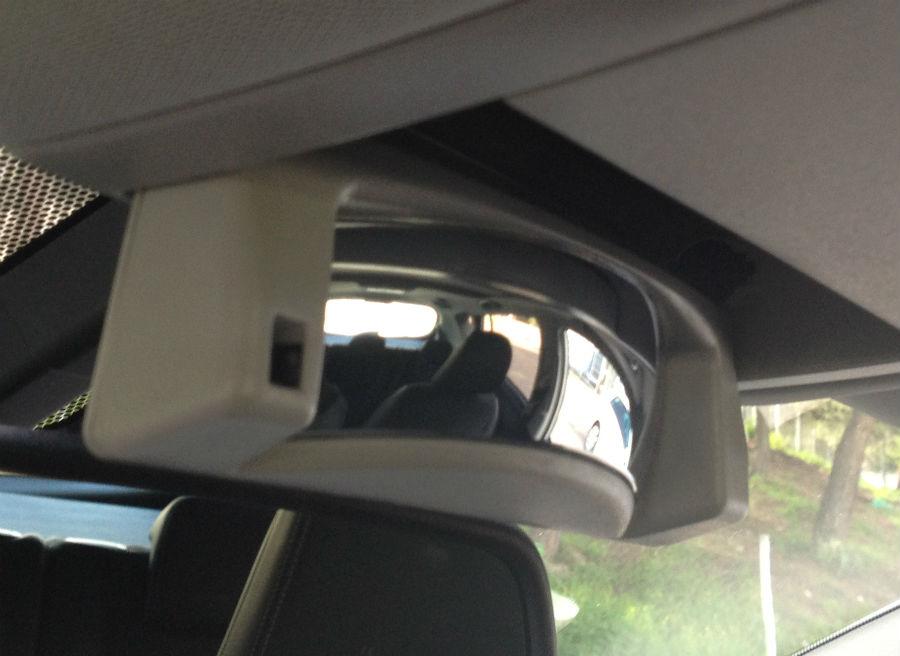 Este espejo retrovisor adicional nos permitirá controlar lo que sucede en la parte de atrás del Verso sin darnos la vuelta.