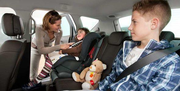 """El RACE recomienda no """"premiar"""" a los niños con dejarles viajar sin sillita"""