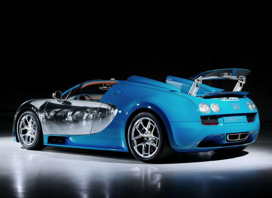 La mezcla de azul con aluminio pulido hace más espectacular si cabe al Bugatti Veyron.
