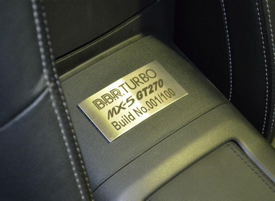 Una placa numerada situada en el interior del MX-5 marca la unidad de la serie limitada de cada uno de los coches fabricados.