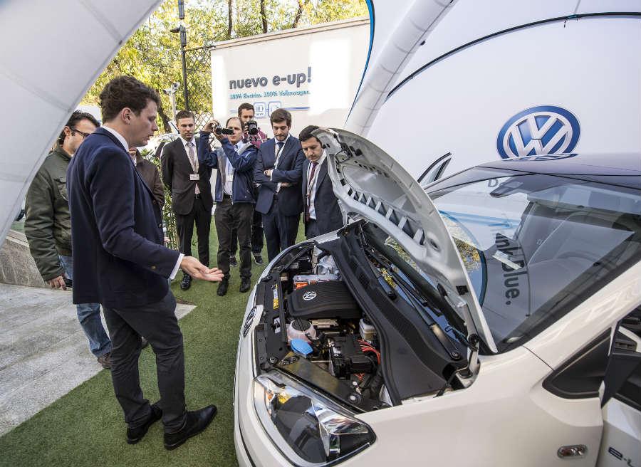 Levantar el capó del Volkswagen e-Up! es toda una experiencia.
