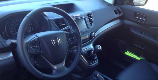 Lo único que no convence del interior del Honda CR-V es la posición de la palanca de cambios, al estilo de una furgoneta.