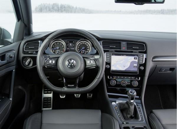 Ciertos detalles deportivos son los que diferencian el interior del Golf R respecto del de la versión convencional.