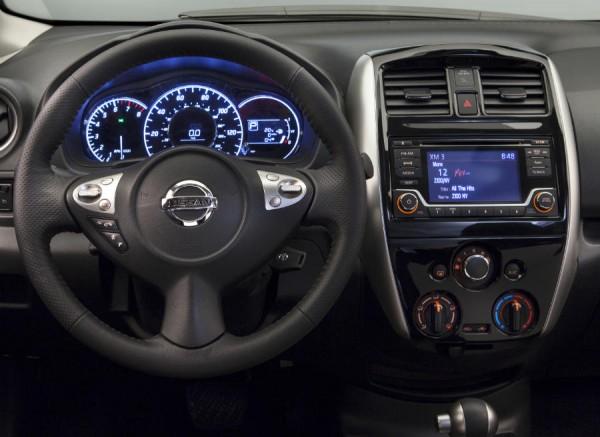 El interior del Nissan Note SR también tiene un toque más deportivo que la versión convencional.