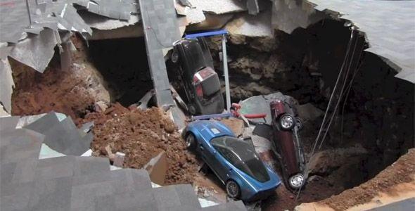 Un enorme agujero se traga ocho Chevrolet Corvette