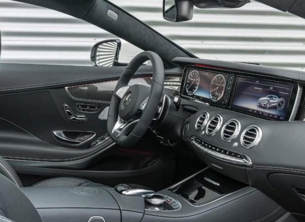 La gran pantalla de la consola central centra la atención del interior del Mercedes S63 AMG.