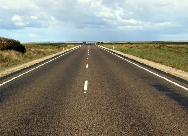 ¿Se puede superar la velocidad máxima para adelantar en carreteras convencionales con arcén?