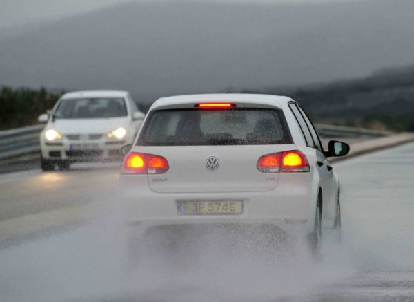 ¿Qué precauciones debemos tomar al conducir con lluvia?