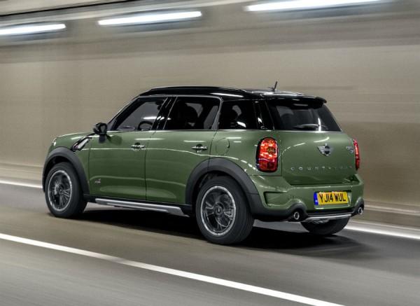 El color verde de la carrocería que ves en esta fotografía es una de las novedades del Mini Countryman.