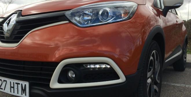 El conjunto formado por la parrilla y las ópticas delanteras le da un toque de agresividad al frontal del Renault Captur.