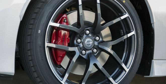Las llantas de 19 pulgadas del Nissan 370Z Nismo 2015 son de nuevo diseño.