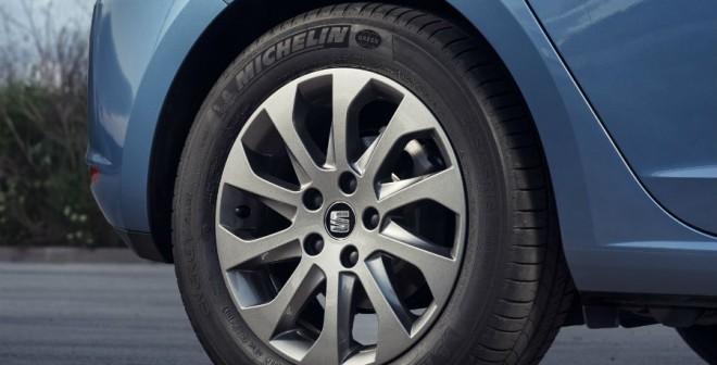 Las llantas de 16 pulgadas y unos neumáticos de baja fricción son dos de las señas de identidad del Seat León Ecomotive.