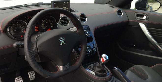El interior del Peugeot RCZ R destila deportividad por los cuatro costados.