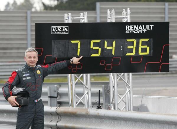Para bajar de los 8 minutos en Nürburgring hacen falta además de un buen coche, unas grandes manos.