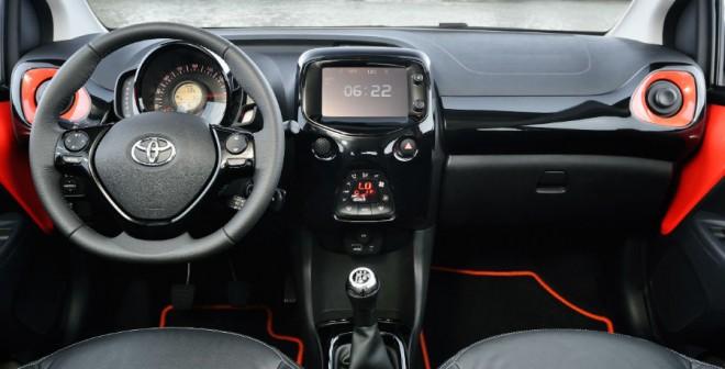El puesto de conducción del nuevo Aygo es más deportivo y funcional que el de la anterior versión.