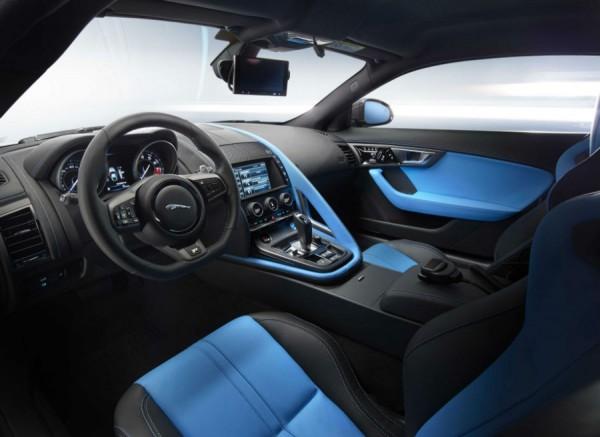 El interior del Jaguar F-Type Coupé Sky Team también hereda los colores del equipo.