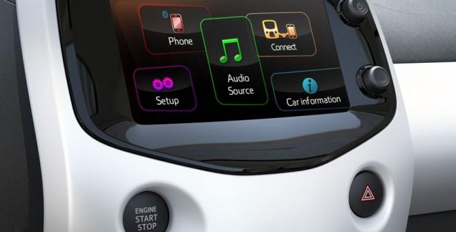 El sistema Mirror Link permite conectar el smartphone al coche y ver sus elementos en la pantalla del 108.