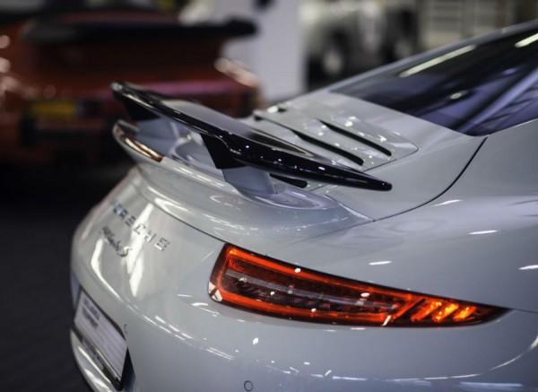 El alerón trasero del Porsche 911 Turbo S Exclusive GB Edition es dinámico.